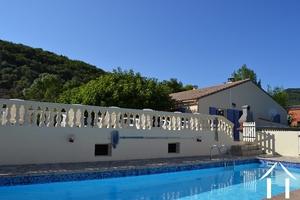 Vrijstaande gelijkvloerse villa met gastenverblijf en zicht