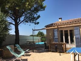 Gelijkvloerse villa met studio nabij historisch Avignon